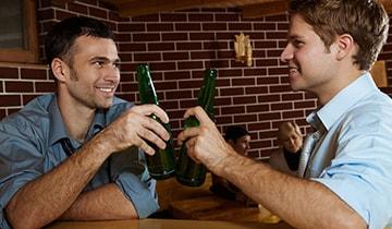 prieteni la bere